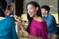 Jeune belle femme mangeant de la salade Photo stock