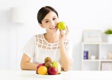 Jeune belle femme mangeant du fruit sain Photos stock