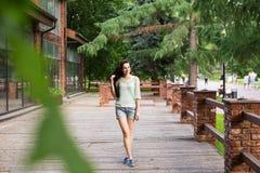 Jeune belle femme marchant en parc Images stock