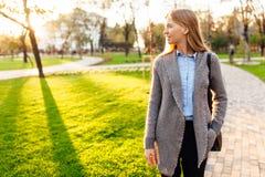 Jeune belle femme marchant en parc, contre le contexte image libre de droits