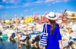 Jeune belle femme marchant sur le dock près du photo stock