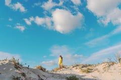 Jeune belle femme marchant sur une dune de sable en plage d'Elafonisi images libres de droits