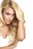Jeune belle femme montrant ses cheveux blonds Photo stock