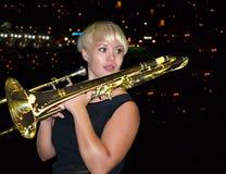 Jeune belle femme, musicien, tenant un tuyau. Photo libre de droits