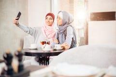 Jeune belle femme musulmane prenant un autoportrait avec le téléphone d'appareil-photo Photos libres de droits