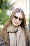 Jeune belle femme pendant le matin dans la pose du Monaco photo stock