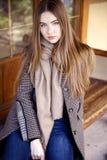 Jeune belle femme pendant le matin dans la pose du Monaco photographie stock