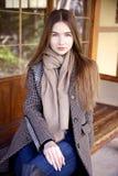 Jeune belle femme pendant le matin dans la pose du Monaco image libre de droits