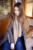 Jeune belle femme pendant le matin dans la pose du Monaco photos stock