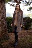 Jeune belle femme pendant le matin dans la pose du Monaco photos libres de droits