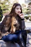 Jeune belle femme pendant le matin dans la pose du Monaco image stock