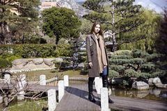 Jeune belle femme pendant le matin dans la pose du Monaco images stock