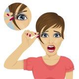 Jeune belle femme plumant ses sourcils avec des brucelles avec un cri de douleur illustration de vecteur