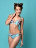 Jeune belle femme posant dans le maillot de bain moderne de bikini d'été Photo stock