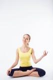 Jeune belle femme posant dans un équipement de gymnase D'isolement Photographie stock libre de droits