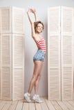 Jeune belle femme posant devant a Photographie stock