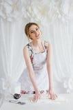 Jeune belle femme préparant les croissants faits maison Photos stock