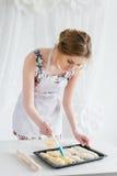 Jeune belle femme préparant les croissants faits maison Image libre de droits