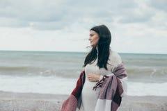 Jeune belle femme pragnant posant près de la mer à la plage Images libres de droits