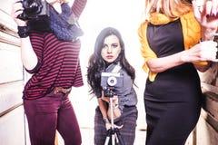 Jeune belle femme prenant une photo avec un appareil photo numérique Images stock