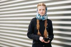 Jeune belle femme rousse à la mode avec la coiffure de tresses dans la veste élégante de fossé de noir de denim de headcraft blan photo stock
