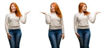 Jeune belle femme rousse au-dessus du fond blanc photo stock