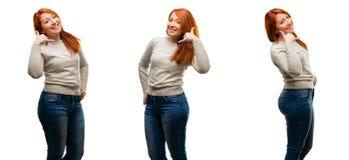 Jeune belle femme rousse d'isolement au-dessus du fond blanc image stock