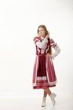 Jeune belle femme rousse de danseur folklorique avec de longs cheveux magnifiques dans la pose folklorique authentique traditionn Photos stock