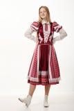 Jeune belle femme rousse de danseur folklorique avec de longs cheveux magnifiques dans la pose folklorique authentique traditionn Photographie stock libre de droits