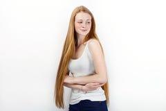 Jeune belle femme rousse de modèle de débutant dans des blues-jean blanches de T-shirt pratiquant la pose montrant des émotions s Image stock