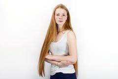 Jeune belle femme rousse de modèle de débutant dans des blues-jean blanches de T-shirt pratiquant la pose montrant des émotions s Photos stock