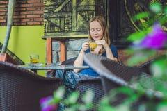 jeune belle femme rousse s'asseyant dans un café buvant un delic Photographie stock