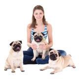 Jeune belle femme s'asseyant avec des chiens de roquet d'isolement sur le blanc Photo libre de droits