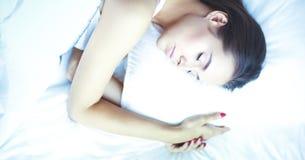Jeune belle femme se situant dans le lit à la maison Photos libres de droits