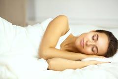 Jeune belle femme se situant dans le lit Images libres de droits