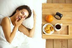 Jeune belle femme se situant dans le lit Photos stock