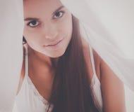 Jeune belle femme se situant dans le lit sous la couverture Images libres de droits