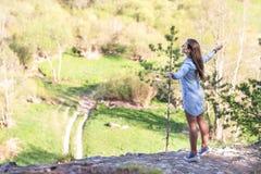 Jeune belle femme se tenant au bord d'une falaise Photos libres de droits