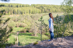 Jeune belle femme se tenant au bord d'une falaise Image stock