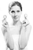 Jeune belle femme se tenant avec des tranches de Image stock