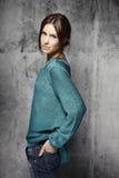 Jeune belle femme se tenant contre le mur de ciment Image libre de droits