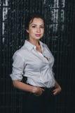 Jeune belle femme se tenant contre le noir Photos stock
