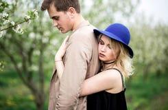 Jeune belle femme se tenant derrière son ami Photo stock