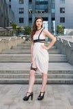 Jeune belle femme sexy portant l'équipement à la mode, la robe blanche et le swordbelt de cuir Brune à cheveux longs posant dans Images libres de droits