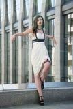 Jeune belle femme sexy portant l'équipement à la mode, la robe blanche et le swordbelt de cuir Brune à cheveux longs posant dans Photos stock