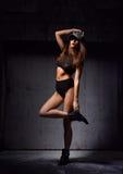 Jeune belle femme sexy se tenant dans le gilet moderne noir de bikini photo libre de droits