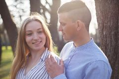 Jeune belle femme souriant à son ami Couples I de marche Photo libre de droits