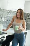 Jeune belle femme sur la cuisine photos libres de droits