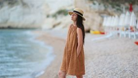 Jeune belle femme sur la plage tropicale blanche banque de vidéos