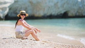 Jeune belle femme sur la plage tropicale de sable blanc Fille caucasienne ? l'arri?re-plan de chapeau la mer banque de vidéos